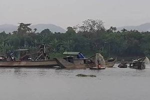 3 doanh nghiệp khai thác cát ở sông Hương bị phạt hơn 2 tỷ đồng