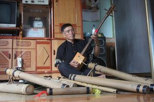 'Cựu binh bản Cằng' mê đắm với nhạc cụ đồng bào dân tộc Thái