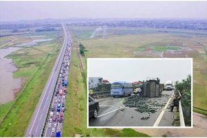 Xe tải đâm đuôi xe khách, hàng nghìn quả bí xanh văng tung tóe cao tốc Nội Bài - Lào Cai