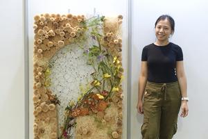 Cô gái Việt đam mê hoa nghệ thuật