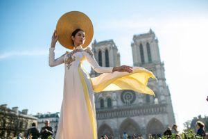 Á hậu Hoàng Thùy chụp ảnh gợi cảm tại những địa điểm nổi tiếng ở Paris