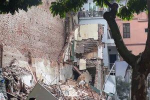 Sập tường trên phố Lê Thái Tổ, may mắn không có thương vong