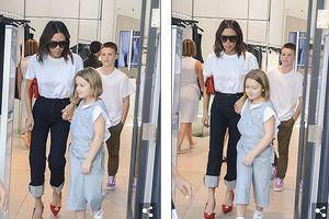 Victoria Beckham mặc giản dị, vui vẻ đưa con đi mua sắm ở Australia
