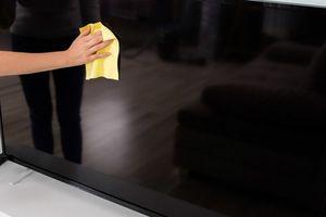 Làm sao để lau chùi TV màn hình phẳng đúng cách nhất
