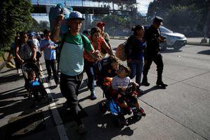 Tiếp nối Honduras, người di cư El Salvador ùn ùn đổ về biên giới Mỹ