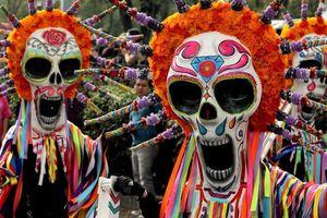 Người dân Mexico hóa trang mặt đầu lâu xuống đường diễu hành