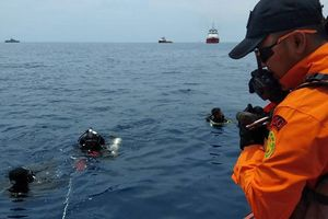 Balo, điện thoại và mảnh vỡ nổi trên biển sau vụ rơi máy bay Lion Air