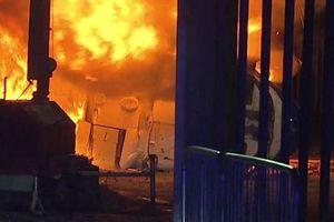 2 cảnh sát dũng cảm lao vào đám cháy cố gắng cứu ông Vichai