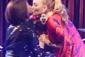 Diva Thanh Hà và ca sĩ Pha Lê trao nhau nụ hôn tình tứ trên sân khấu
