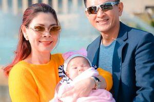 Con gái 3 tháng tuổi của Thanh Thảo hút mọi chú ý khi đi diễn cùng mẹ
