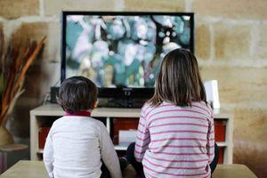 Không nên để trẻ xem tivi, dùng điện thoại... quá 30 phút mỗi ngày