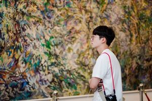 Khán giả trẻ thích thú với triển lãm tranh 'Vũ điệu sắc màu'