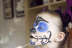 Bác sỹ tiết lộ điều đáng sợ về sơn mặt trong lễ hội Halloween