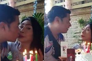 'Gái già chuyển giới' hot nhất Thái Lan khiến người xem cạn lời khi khoe cảnh uốn éo hôn tình trẻ trong ngày sinh nhật