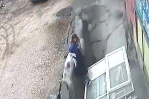 Đang mải tán chuyện, hai phụ nữ rơi tọt xuống 'hố tử thần' khổng lồ