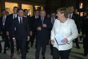 Thủ tướng Đức quan tâm đặc biệt đến áo khoác của Tổng thống Nga Putin