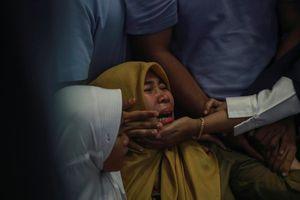 Vụ máy bay Indonesia rơi: Người thân đau đớn chờ tin trong tuyệt vọng
