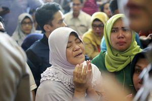 Vụ rơi máy bay ở Indonesia: Người thân khóc ngất ngóng tin người thân ở sân bay