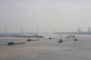 Hà Nội: Tàu thuyền quá tải 'làm xiếc' trên sông Hồng, lực lượng chức năng ở đâu?