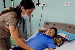 Mẹ đơn thân bật khóc khi con trai 8 tuổi bị ung thư máu đòi được đến trường