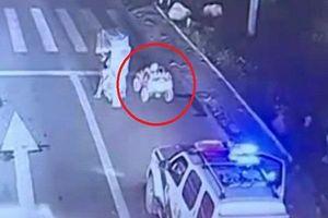 Trung Quốc: Bố mẹ cho con lái xe đồ chơi trên đường đông đúc để...rèn lòng dũng cảm