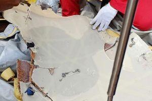 Indonesia tìm thấy nhiều mảnh vỡ của máy bay chở khách bị rơi