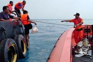 Tìm thấy hộp đen máy bay Indonesia lao xuống biển