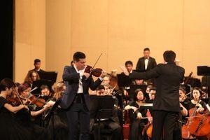 Nghệ sĩ độc tấu violin Sergei Dogadin và Sun Symphony Orchestra mê hoặc khán giả Hà Nội tối 26/10
