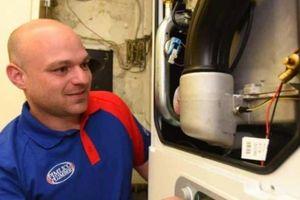Thợ sửa ống nước tại Luân Đôn kiếm được nhiều tiền hơn cả thủ tướng Anh