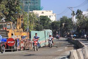 Người dân ngao ngán vì đá dăm, ổ gà trên đường Huỳnh Tấn Phát