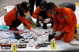 Rơi máy bay Indonesia: Bắt đầu nhận dạng thi thể