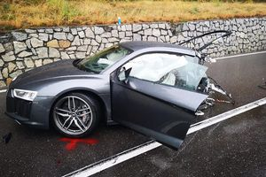 Audi R8 đứt đôi sau cú va chạm với xe Volkswagen