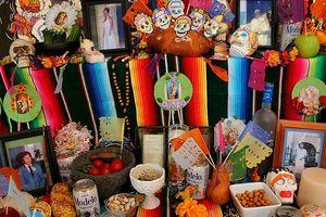 Tập tục Halloween kỳ quái: Soi gương trong bóng tối, bói vỏ táo
