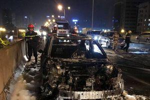 Hà Nội: Ô tô Mazda 3 cháy rụi giữa phố, ùn tắc kéo dài Vành đai 3