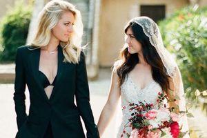 Bộ ảnh cưới đậm sắc màu chan hòa địa trung hải gây sốt của cặp đôi đồng tính nữ miền nam nước Pháp