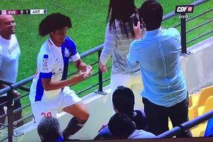 Ăn mừng bàn thắng táo bạo, tiền đạo cầu hôn bạn gái ngay trên sân