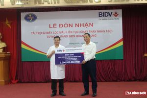 Bệnh viện Bệnh Nhiệt đới Trung ương được ngân hàng tặng 2 máy lọc máu liên tục