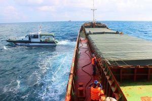 Tạm giữ tàu chở hơn 2.800 tấn than có nhiều sai phạm