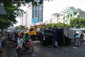 Xe tải lật ngang trên đường, nhiều người may mắn thoát nạn