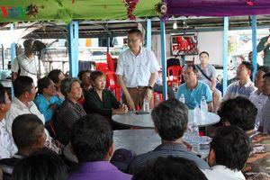 Đại sứ quán Việt Nam thăm hỏi bà con kiều bào sống trên Biển Hồ ở Campuchia