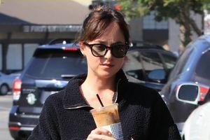 Kiều nữ '50 sắc thái' giản dị xuống phố với ly cà phê mát lạnh