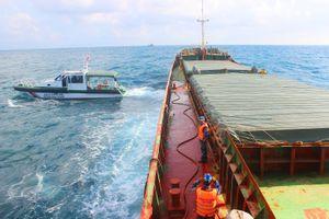 Tạm giữ tàu vận chuyển hơn 2.800 tấn than không có giấy tờ hợp pháp