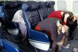 Tư thế giúp hành khách có khả năng sống sót khi máy bay hạ cánh khẩn cấp
