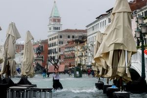 Người dân Venice trong trận lụt lịch sử - quan trọng là thần thái