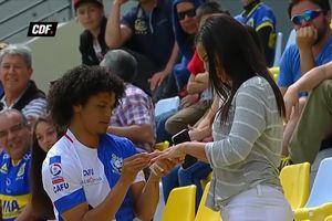 Sau khi ghi bàn, cầu thủ cầu hôn bạn gái ngay giữa khán đài