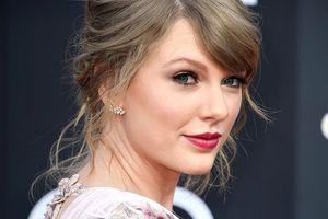 Taylor Swift hợp sức cùng mẹ kêu gọi ủng hộ ứng cử viên Dân chủ