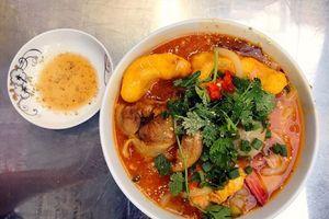Bánh canh vỉa hè, giá 5 sao hút khách Sài Gòn