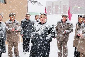 Ông Kim Jong-un tái xuất thị sát trong tuyết lạnh sau 19 ngày vắng bóng