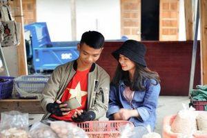 Dân phượt tới Hà Giang không quên chụp ảnh với nữ sinh H'Mông sốt MXH