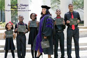Bức ảnh mẹ đơn thân ngày tốt nghiệp trường Luật cùng 5 đứa con gây 'bão mạng'